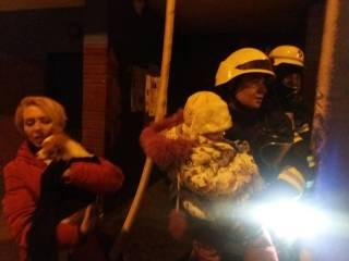 В Киеве горела девятиэтажка. Спасатели эвакуировали более 20 человек