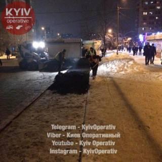 Киевские коммунальщики укладывают асфальт прямо в снег