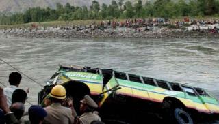 В Индии пассажирский автобус упал в реку. Более 30 погибших