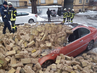 Рухнувшая стена раздавила два элитных автомобиля в центре Киева