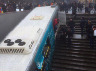 В Москве автобус, протаранив толпу людей, влетел в подземный переход