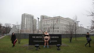 В Киеве пышнотелая феминистка показала «большую кнопку»