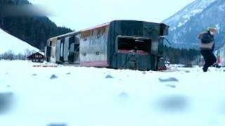В Швейцарии ураганный ветер сорвал с рельсов пассажирский поезд