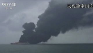У берегов Китая взорвался нефтяной танкер. Есть угроза загрязнения атмосферы
