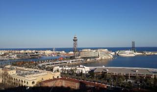 В порту Барселоны паром столкнулся с круизным лайнером