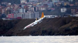 В Турции уже после приземления самолет едва не упал в море