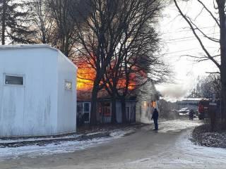 Во Львове пожарные не могут потушить склад лакокрасочных материалов. Вода замерзла