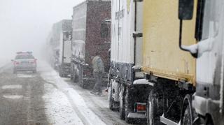 В Украине начались метели. Десятки фур оказались в снежных ловушках