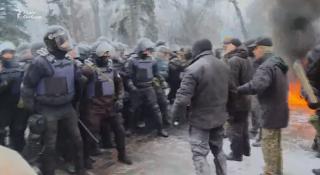 Под стенами Рады проходит очередной митинг. Люди жгут шины и бросают камни в полицейских