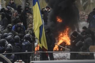 В результате столкновений под стенами ВРУ пострадал полицейский. Один митингующий задержан