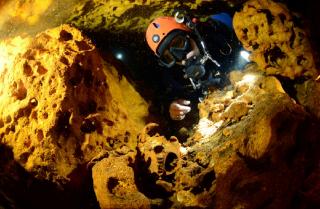 В Мексике на дне подводной пещеры обнаружили реликвии майя