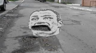 Под Киевом водитель лишился прав за то, что... влетел в огромную яму на дороге