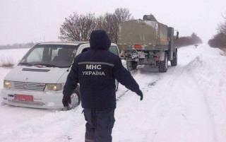 Мощный снегопад парализовал движение на трассе Киев-Одесса. Грузовики стоят на всех въездах в столицу