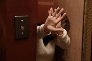 В Киеве неизвестный в лифте набросился на девушку, после чего грозился выпрыгнуть с 18 этажа