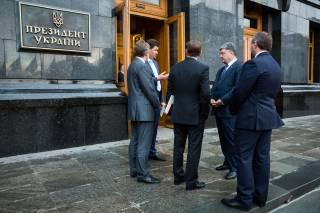 Пять требований к Украине: ради чего у Порошенко поставили под угрозу важнейший кредит