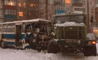 На Донетчине автобус с шахтерами врезался в военный грузовик