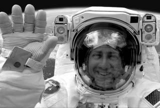 Новинки научпопа: ошибка Стивена Хокинга, криминальное чтиво астронавта и самое красивое открытие в мире