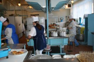 В школе на Днепропетровщине еду в тарелки детям накладывали голыми руками