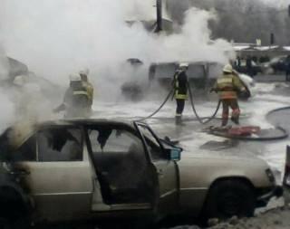 Жуткое ДТП в Киеве: фура въехала в маршрутку с людьми, несколько машин вспыхнули, как факел