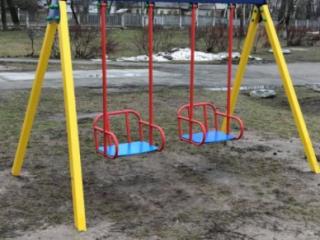 В Василькове установили детские площадки, которые забыли закрепить