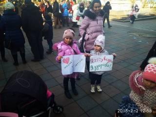 В Одессе родители вывели невакцинированных детей на акцию протеста