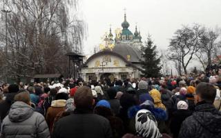 Возле часовни Десятинного монастыря очередной митинг. Радикалы из С14 готовы к штурму