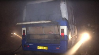Во Львове 17 спасателей пытались потушить вспыхнувший автобус