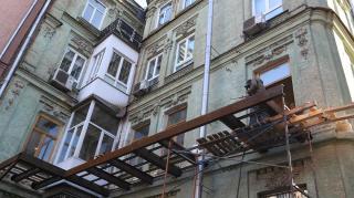 Стараниями одного из жильцов на Печерске может полностью разрушиться старинный дом
