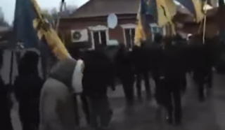 В Сети появилось видео, как люди с флагами «Азова» громят дома