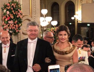 Не успел Порошенко приехать на Венский бал, как его тут же атаковала обнаженная феминистка