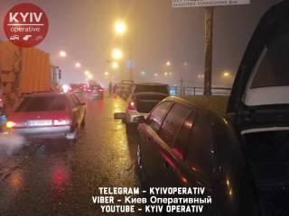 Более десятка автомобилей остались без колес на Шулявском мосту в Киеве