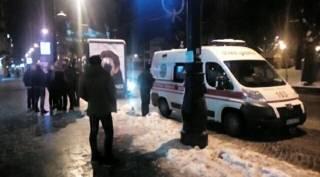 В центре Львова девушка набросилась с ножом на прохожих