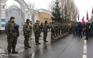 Столб позора, привезенный под дом Порошенко, кто-то украл