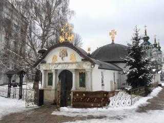 Репортаж. В Десятинном монастыре молятся воины: православные рассказали о помощи от мощей Георгия Победоносца со Святой Горы Афон