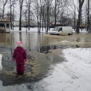 Одна из улиц Киева превратилась в озеро. Вода сорвала асфальт и залила проезжую часть