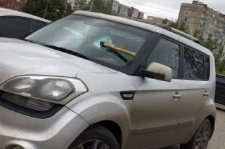 Во двор Соломенского районного суда ворвался мужчина с топором и начал крушить машины