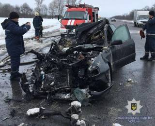Под Харьковом иномарка на полном ходу врезалась в стоящий грузовик и загорелась. Погибли 4 человека