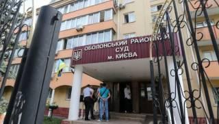В ожидании Порошенко в Оболонском суде активно раздевают женщин. Президенту, похоже, все равно
