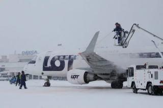 Из-за непогоды сразу в двух городах Украины отменяют авиарейсы