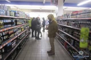 В столичном супермаркете гопник с пистолетом «в шутку» ограбил иностранца