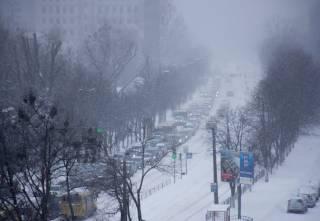 «Внезапный» снег вновь парализовал движение в Киеве