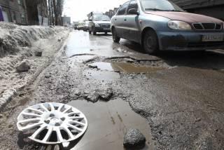 На Ровенщине на водителя, повредившего колесо в глубокой яме, составили протокол за нарушение ПДД