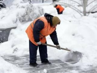 Столичные власти не справляются с уборкой снега. Просят помощи у солдат и полиции