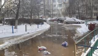 На Оболони из-за прорыва трубы двор многоэтажного дома ушел под воду