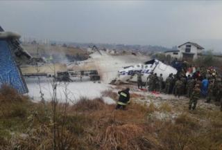 В Непале самолет упал на футбольное поле. Более 50 погибших