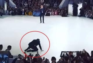 Соцсети высмеяли Лаврова, который упал на колени во время конференции «Россия — страна возможностей»