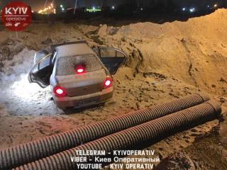 В Киеве ночью автомобиль упал в котлован