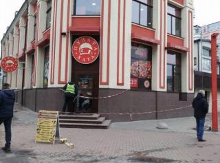 В центре Киева в ресторане умер мужчина. Свидетели говорят о ранении в шею
