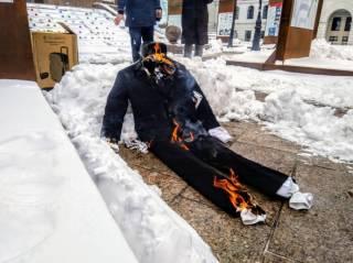 Путин в гробу, медведь и балалайка: в Украине протестуют против выборов президента РФ в Крыму