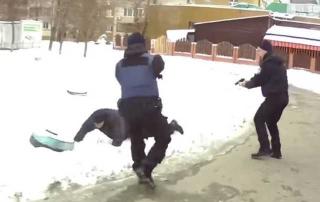 В Киеве неадекват с молотком напал на женщину